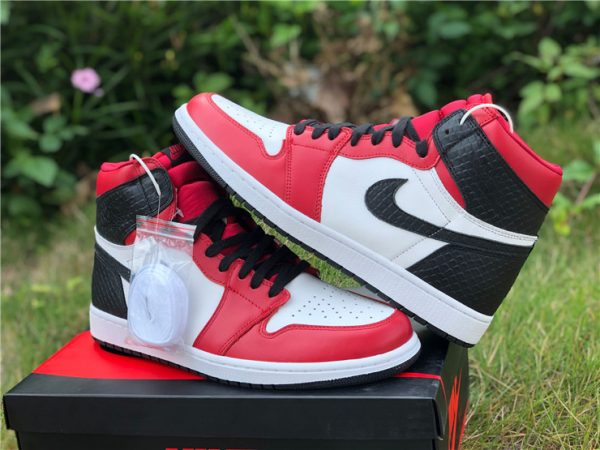 Air Jordan 1 High OG Satin Snake with extra white shoelaces