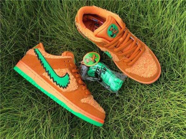 Grateful Dead Nike SB Dunk Low with green shoelace